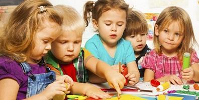A partir de los 2 años, se inicia el juego simbólico, que se refiere a la capacidad del niño para representar roles y situaciones de la vida real. Un característica de los juguetes y juegos en esta etapa es que se convierten en actividades compartidas.