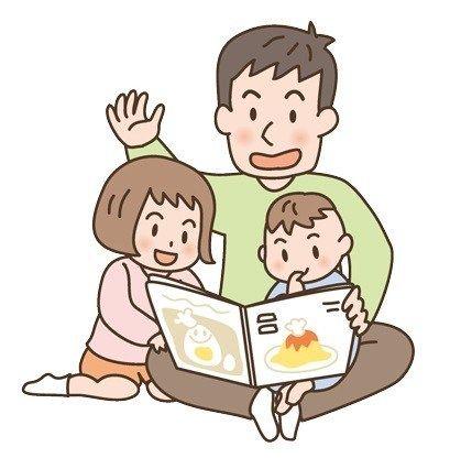 Un padre lee con sus hijos
