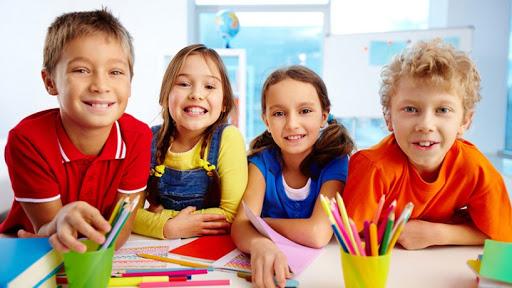 A partir de los 6 años, un cambio muy importante es que ya saben leer, dibujar y escribir. Los juguetes y juegos más adecuados a partir de esta edad serán aquellos que estimulen sus habilidades e identidad individual.