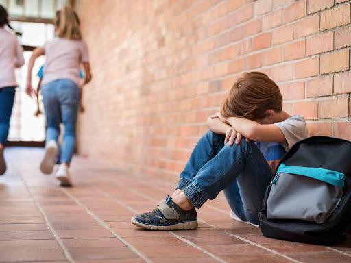 Una situación de bullying se diferencia de otro tipo de molestias por los síntomas que causa en la víctima a nivel psicológico, emocional e incluso físico