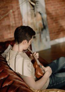 joven tocando ukelele