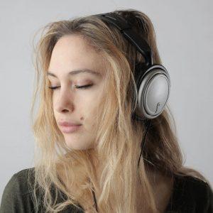 joven escuchando música para combatir los efectos psicológicos del covid-19 en adolescentes