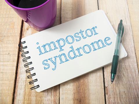 Algunas de las causas más importantes del Síndrome del impostor son: creer que el éxito es debido al factor suerte, falta de autorreconocimiento, sentimiento de fraude o una excesiva autoexigencia.